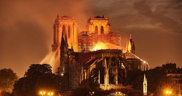 Vyhořelé katedrále Notre-Dame hrozí kolaps. Černý scénář o slabém větru se potvrdil