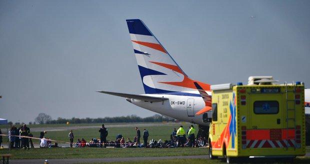 Katastrofa na pražském letišti: Boeing 737 Max nezvládl přistání a havaroval! Záchranné složky cvičí zásah