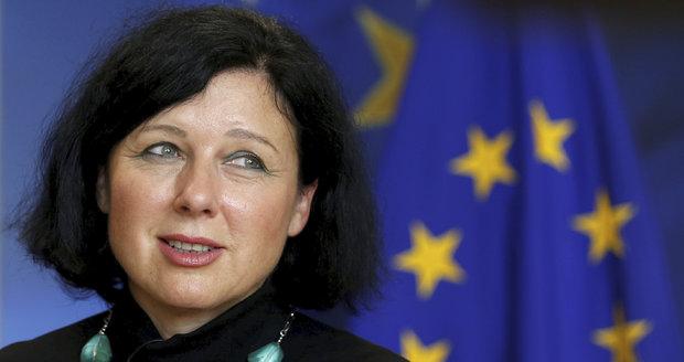 """Jourová """"zkazila"""" eurovolby, tvrdí vlivný web. Vytkl jí Slováky i ženy"""
