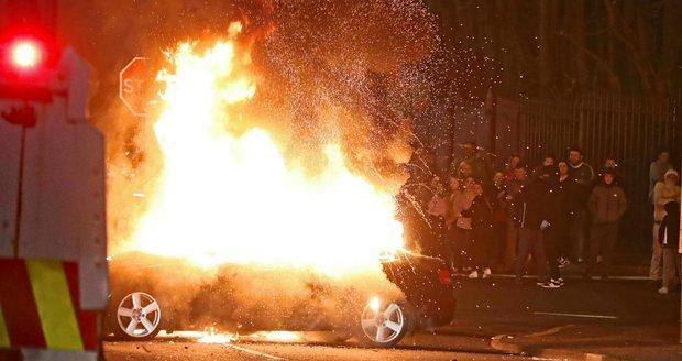 Vraždu mladé novinářky vyšetřují v Severním Irsku. Zastřelili ji při nepokojích