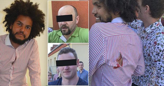Feriho kamarády jsem jen odtrhával od syna, hájí se jeden z útočníků: Ránu na zádech má poslanec prý od parapetu