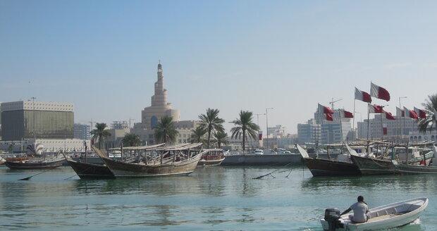 Starý přístav s loďkami lovců perel.
