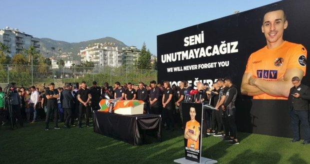 Turecký Alanyaspor se rozloučil s tragicky zesnulým Josefem Šuralem.