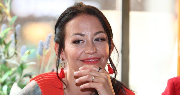 Na setkání Miss ČR po 30 letech od první volby se modelka chlubila prstenem s briliantem.
