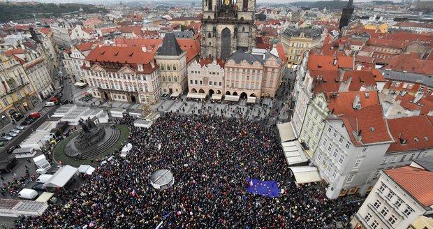 """Babišovi a Benešové spílaly tisíce lidí, dorazil i Sobotka. Ovčáček řeší """"ucvrnkávání"""""""