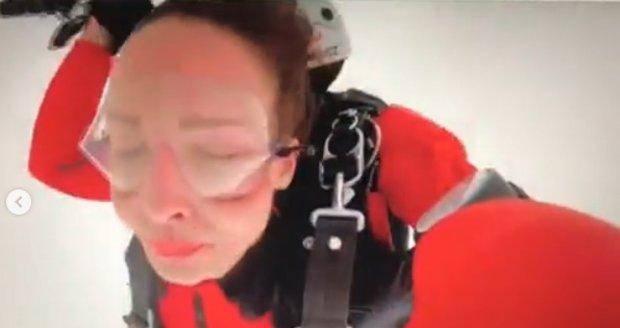 Veronika Arichteva absolvovala adrenalinový zážitek - seskok padákem.