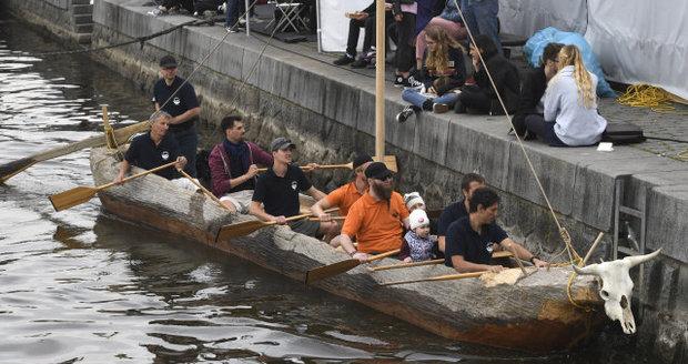 Po Vltavě se plavil starodávný člun z vydlabaného kmene. Bude součástí mezinárodní expedice