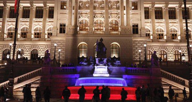 Kašna před Národním muzeem se rozzářila do barevných kombinací.