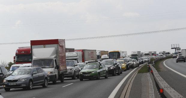 Dopravní nehoda uzavřela za Prahou dálnici D1 ve směru na Brno.