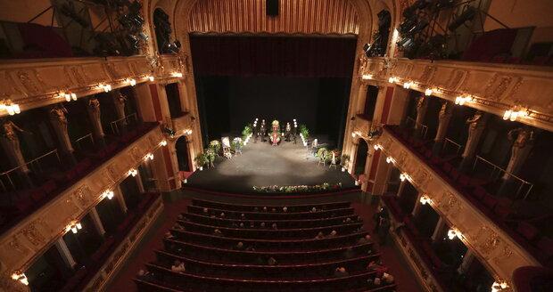 Během posledního rozloučení s Jaroslavem Kepkou bylo Divadlo na Vinohradech téměř prázdné.
