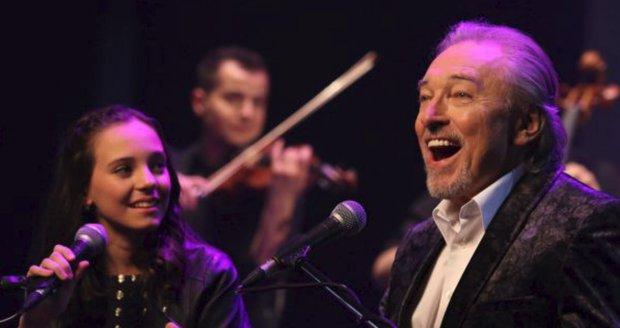 Karel Gott s dcerou Charlotte nazpívali duet Srdce nehasnou.