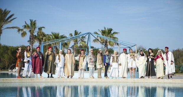 Svatební veselí v tradičních tuniských kostýmech se odehrává i uprostřed moderně vybavených hotelových prostor.