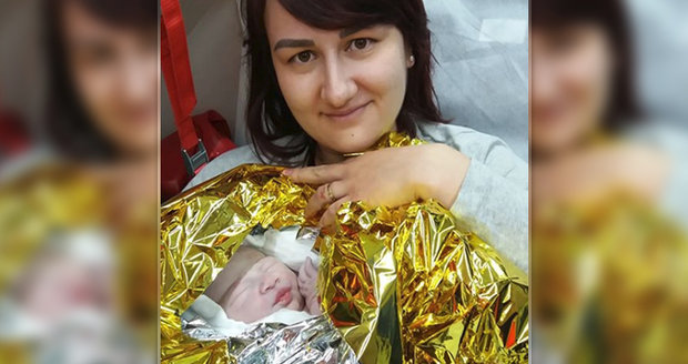 Holčička nečekala do porodnice, narodila se přímo v sanitce.