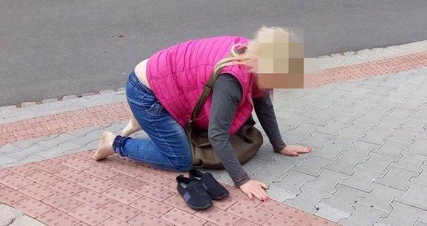 Totálně opilá žena se válela na chodníku v Plzni.