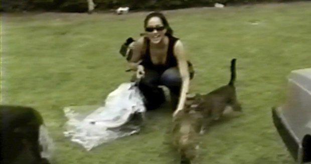 Meghan na videu, ve kterém si hraje se svou kočkou Archiem! Video sdílela v minulosti na sociálních sítích