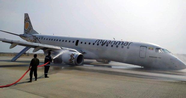 """Letadlu se porouchal podvozek. Pilot s 82 cestujícími přistál """"na nose"""""""