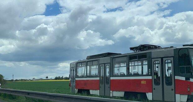 Za svodidly u dálnice D1 někdo postavil tramvaj.
