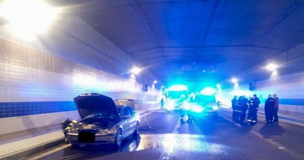 V tunelu Blanka hořelo auto.