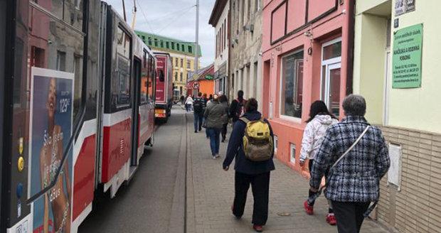 """Cesta tramvají z Líšně či Juliánova do centra Brna je kvůli kolonám aut """"výlet"""" na desítky minut..."""