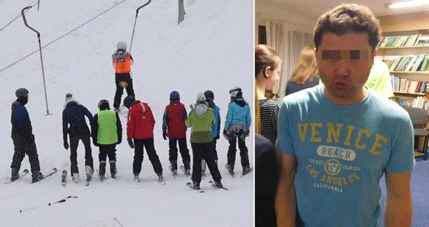 Učitel Michal B. běhal nahý mezi žáky: Nakonec vyvrcholil, tvrdí policie