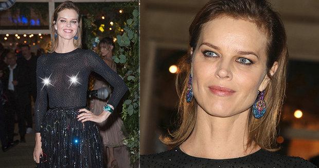 468301ce2 Modelku Evu Herzigovou zradila průhledná blůza! Na festivalu v Cannes  ukázala bradavky.