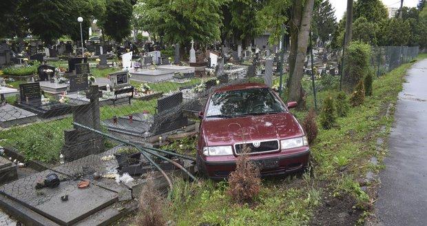 Vrať se do hrobu?! Řidička skončila se škodovkou na hřbitově
