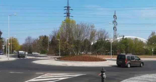 Kruhová pětiramenná křižovatka Ke Klíčovu je od dubna v plném provozu.