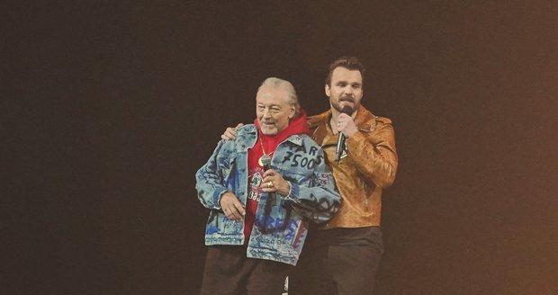Karel Gott na koncertu Leoše Mareše. Mistrovi se malinko zapletly nohy, Mareš byl naštěstí nablízku.