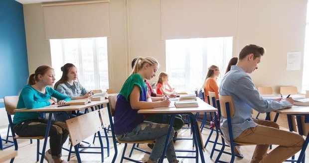 """Od maturity z matematiky """"vyletělo"""" 15 procent studentů. Potíže jim dělala i čeština"""