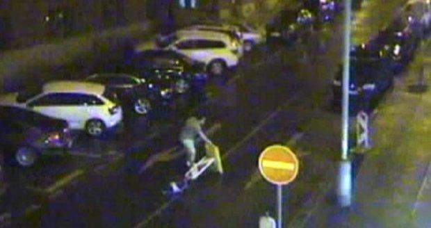 Útočník na Vinohradech pobodal muže, který se zastal dvou žen.