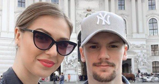 Lucie Kovandová randí s hokejistou Petrem Holíkem
