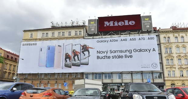 Reklamní plachta u Nuselského mostu v Praze dál obtěžuje místní obyvatele i řidiče.