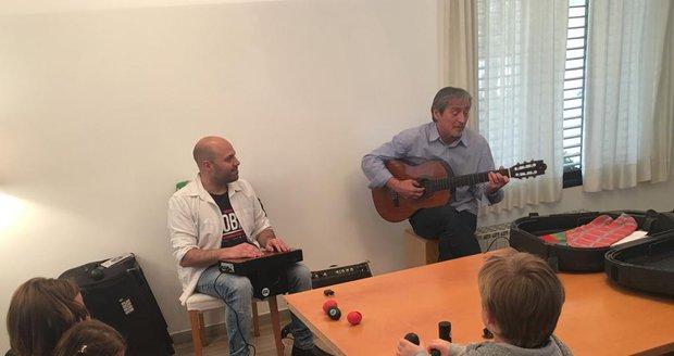 Martin Stropnický si s krajany v Izraeli rád zazpívá česky.