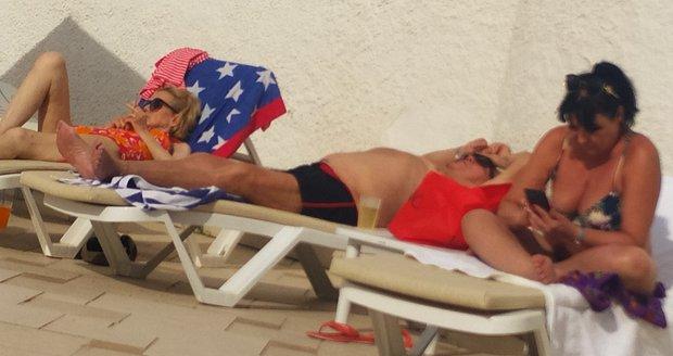 Hana Krampolová v plavkách na pláži v Tunisku. Nepřestala ani s kouřením.