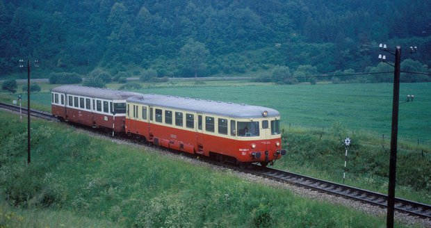 Na kraji Prahy srazil vlak člověka. Vlakové spoje mezi Holešovicemi a Kralupy nad Vltavou stály. (ilustrační foto)