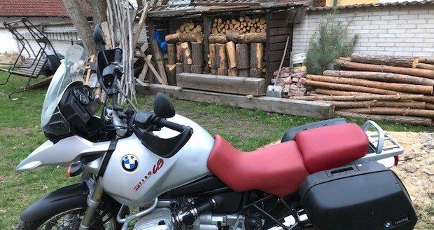 Zloděj na Smíchově ukradl motorku za 170 tisíc.