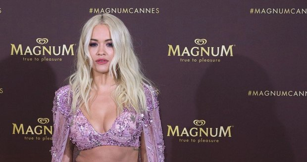 Rita Ora byla v Cannes za hvězdu i bez šperků.