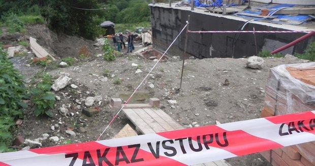 V Klentnici na Břeclavsku se propadl strop budovaného sklepa na ovoce a zeleninu a zavalil čtyři dělníky.