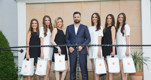 Viktor Hájíček se rád obklopuje krásnými ženami