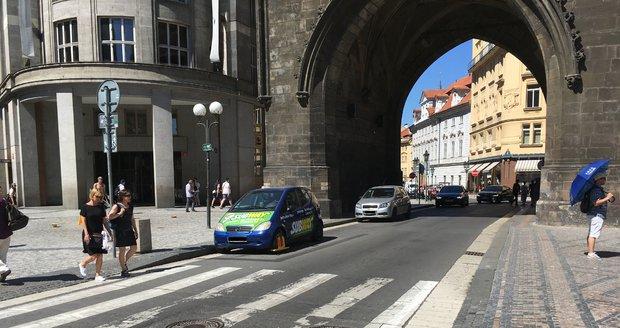 U Prašné brány je nový zákaz zastavení, strážníci odsud ale auta nesmějí odtahovat.
