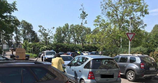 Stařenka (75) nabourala ve Stodůlkách několik aut: Vyjížděla z parkoviště, opilá nebyla