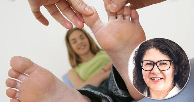 Zápach nohou způsobují bakterie.