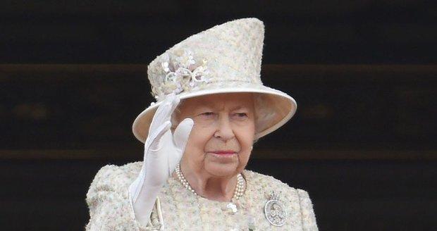 Královna zdraví občany.