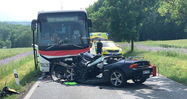Šílená nehoda autobusu s osobákem na Berounsku: Zasahoval vrtulník.