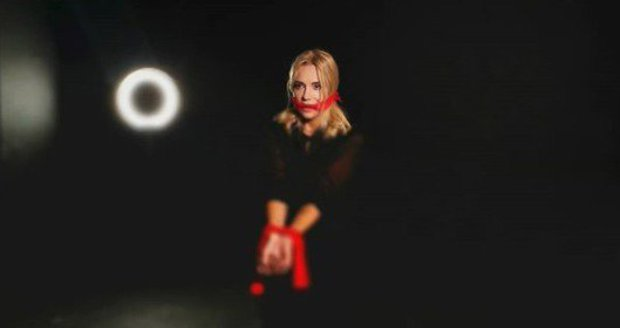 Dara v novém videoklipu zpívá o domácím násilí.