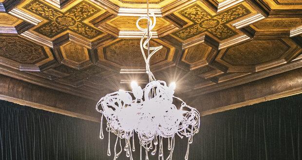 Hostinu ze skla vytvářela Miluše Roubíčková 20 let z foukaného, na huti ručně tvarovaného skla…