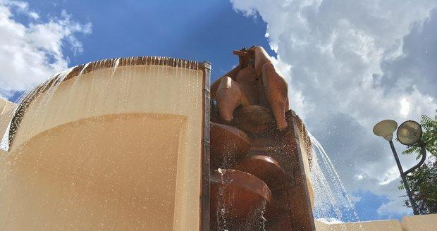 Z fontány Faun a Vltava už je zase vodní prvek, lidé se u něj osvěžují.