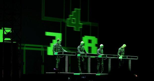 Kraftwerk hrají typicky u svých stolků.