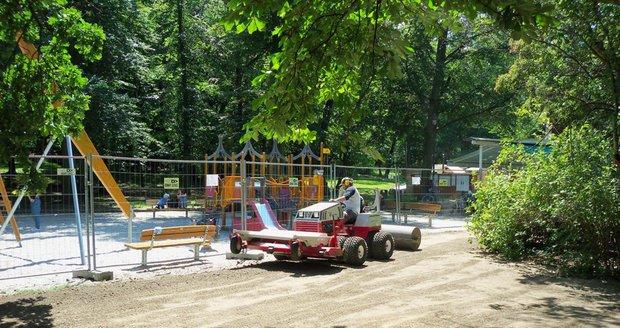 U hřiště Vozovna ve Stromovce pražští lesníci vyseli nový trávník, do poloviny prázdnin je tu omezený provoz.