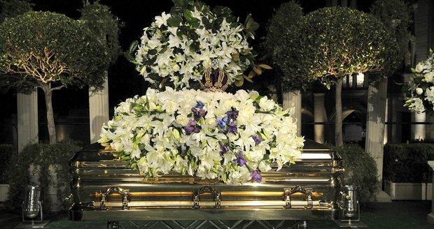 Při pohřbu byla rakev pokryta věnci z lilií.
